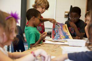niños en clase de primaria
